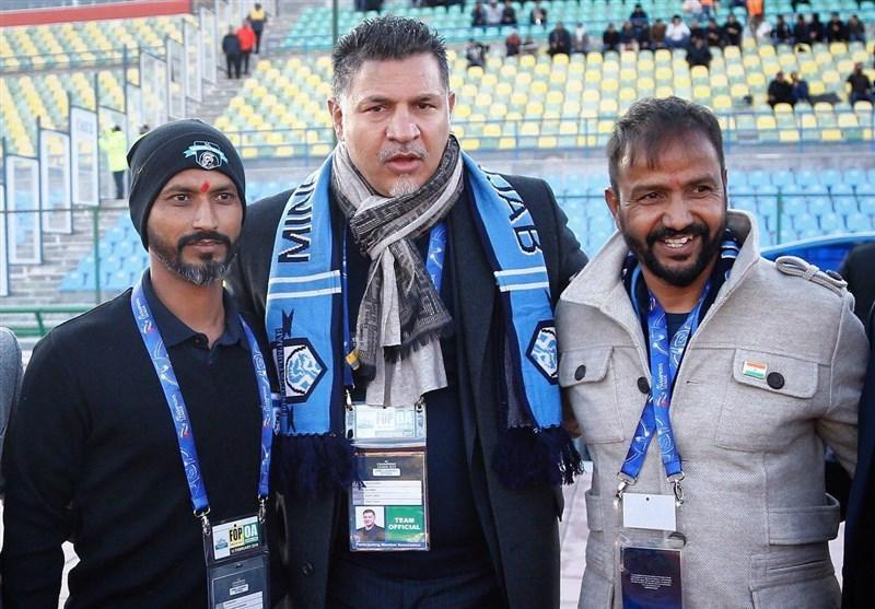 حاشیه دیدار سایپا - مینروا پنجاب، اهدای شال گردن به علی دایی، حضور پروین و کاشانی در استادیوم