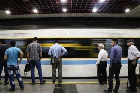 بیشتر مسافران مترو بدون ماسک و دستکش هستند